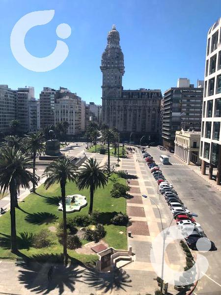 Foto Oficina en Alquiler en  Ciudad Vieja ,  Montevideo  Oficia frente Plaza Independencia