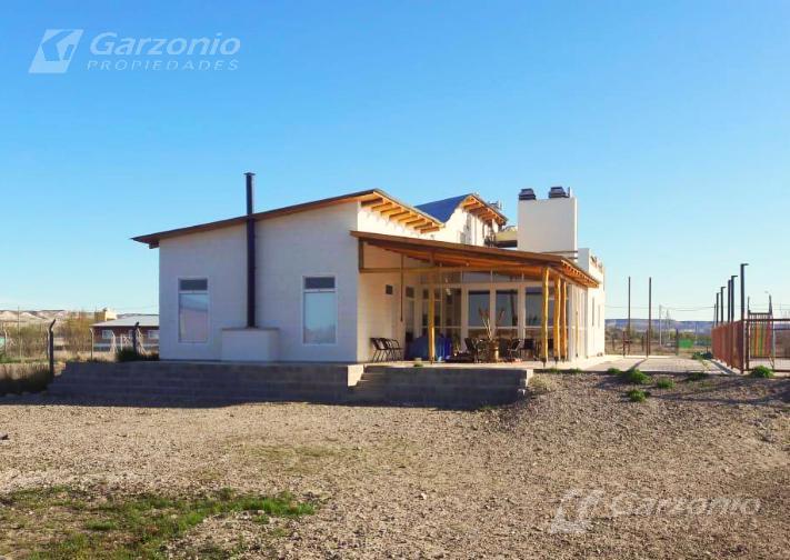 Foto Casa en Venta en  Trelew ,  Chubut  Casa Residencial con pileta - Lote de 4.000m²