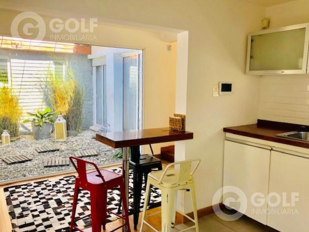 Foto Casa en Venta | Alquiler en  Carrasco ,  Montevideo  Casa de 2 dormitorios con jardín y barbacoa, garaje para 2 autos