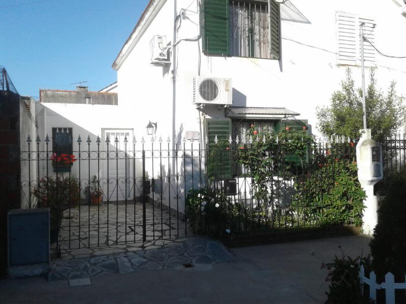 Foto Casa en Venta en  La Plata ,  G.B.A. Zona Sur  27 BIS   entre 74 y 75