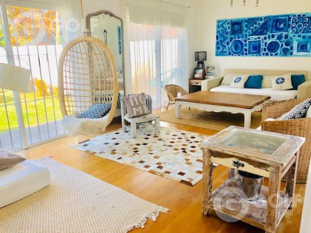 Foto Casa en Venta en  Carrasco ,  Montevideo  Casa de 2 dormitorios con jardín y barbacoa, garaje para 2 autos