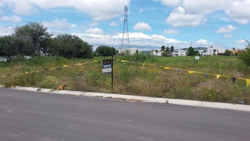 Foto Terreno en Venta en  Fraccionamiento El Campanario,  Querétaro  Divino Terreno  Con extensa área verde colindando al campo de Golf