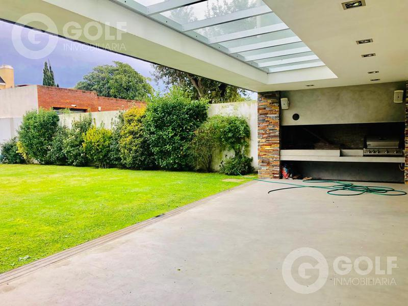 Foto Casa en Alquiler en  Carrasco ,  Montevideo  Casa minimalista, 3 dormitorios, piscina