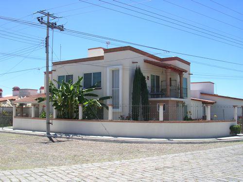 Foto Casa en Venta en  Fraccionamiento Residencial Haciendas de Tequisquiapan,  Tequisquiapan  En esquina, fraccionamiento con plusvalía